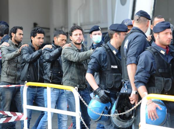 Clandestini, 165 espulsioni e 5.500 permessi di soggiorno in un ...