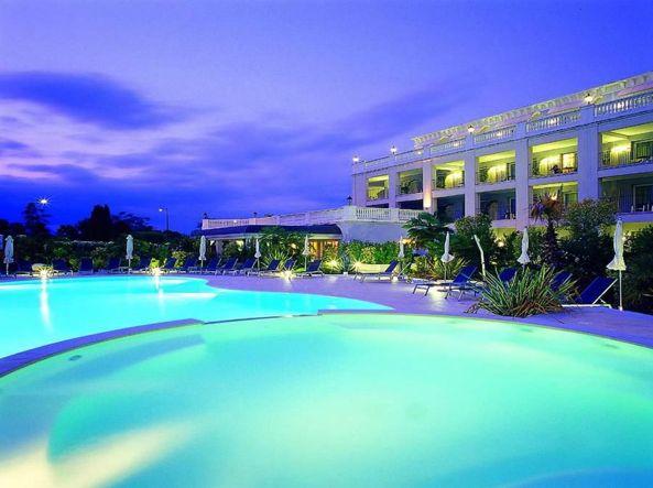 Sul lago di garda 20 hotel in vendita comprano gli stranieri e i bresciani - Hotel lago garda piscina coperta ...