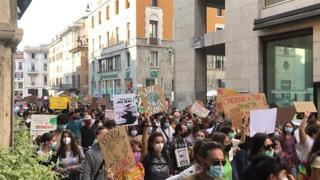 Fridays For Future, migliaia di persone alla manifestazione in centro a Brescia