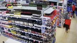 La banda dei supermercati: così rubavano il cibo dagli scaffali
