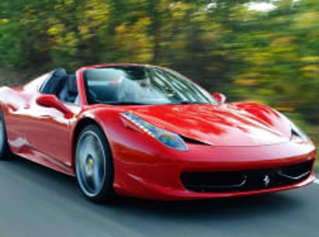 Gira in Ferrari ma prende il reddito di cittadinanza: consulente denunciato